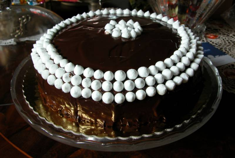 Torta di compleanno tavola rotonda for Torte di compleanno al cioccolato decorazioni
