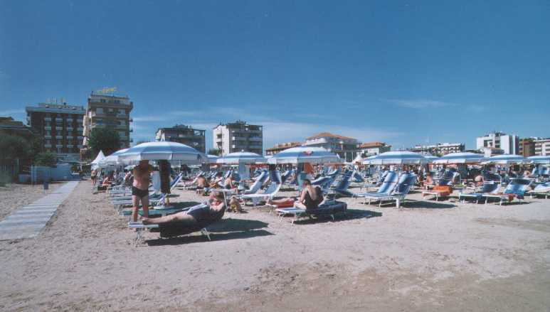 Onda blu 72 in spiaggia for Bagno 72 rimini