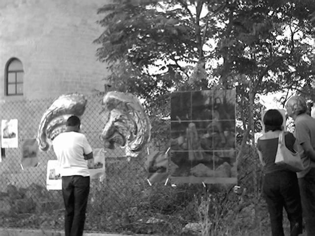 """""""In ricordo di GIORGIO DI LECCE"""" - Un particolare dell'installazione intorno alla """"Torre di Belloluogo"""" (Foto: Archivio dell'Osservatorio Torre di Belloluogo)"""