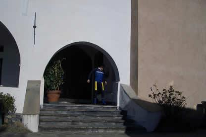 L'entrata alla chiesa del Santuario. Si intravede Max