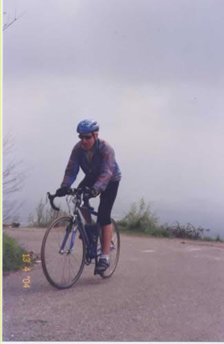 Toni mentre arranca verso l'Alpe.