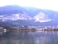 Il lago e sullo sfondo il Cornizzolo .