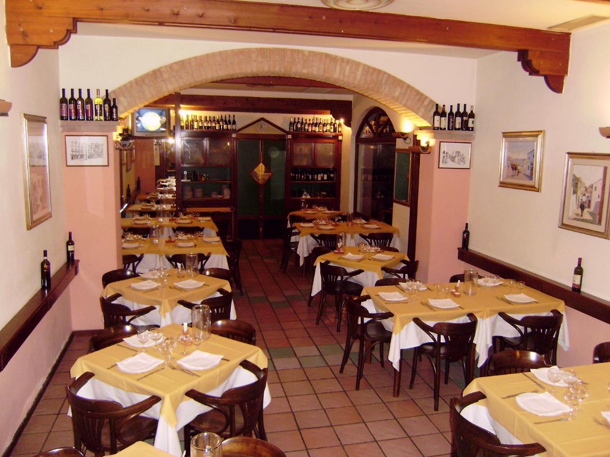 Ristorante basilio via satta 112 a cagliari for Arredamento ristorante rustico