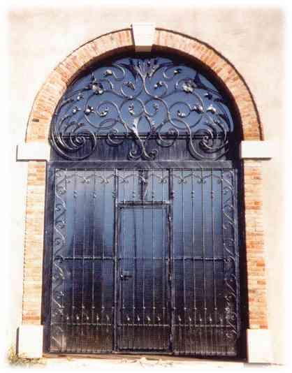 Porta basculante con ornamento in ferro battuto - Porta tv ferro battuto ...